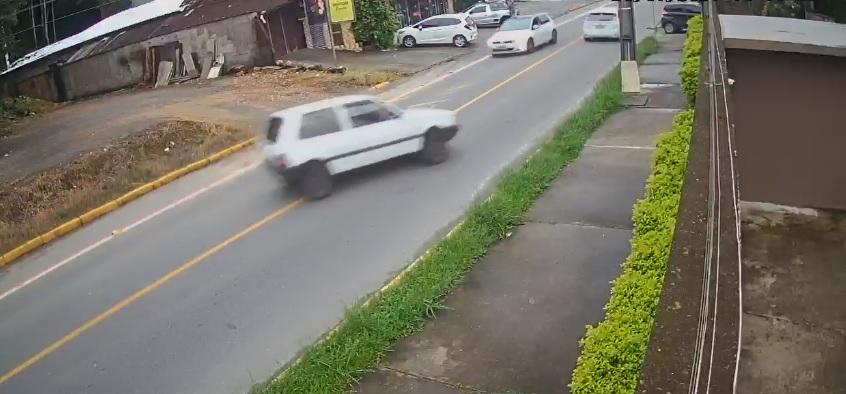 Vídeo mostra momento em que carro em alta velocidade colide contra poste