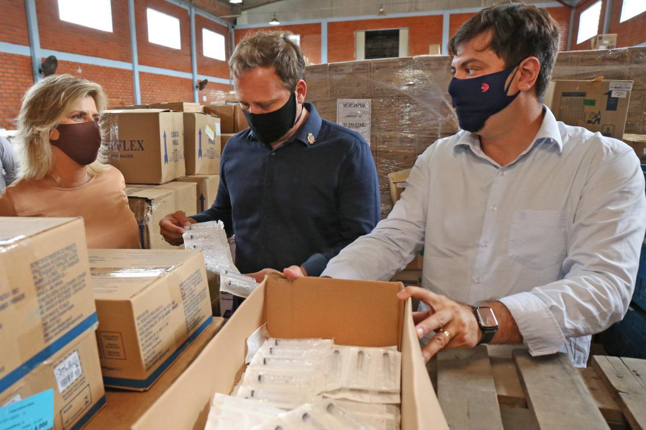 Prefeito acompanha distribuição de insumos para a vacinação em Joinville