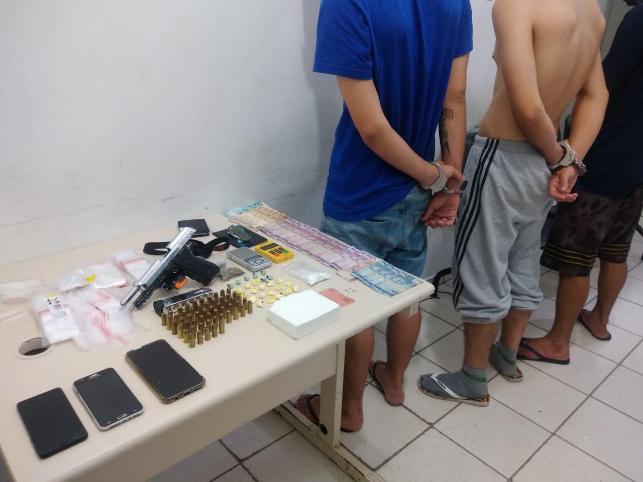 PM localiza drogas e uma arma de fogo em um apartamento em Joinville
