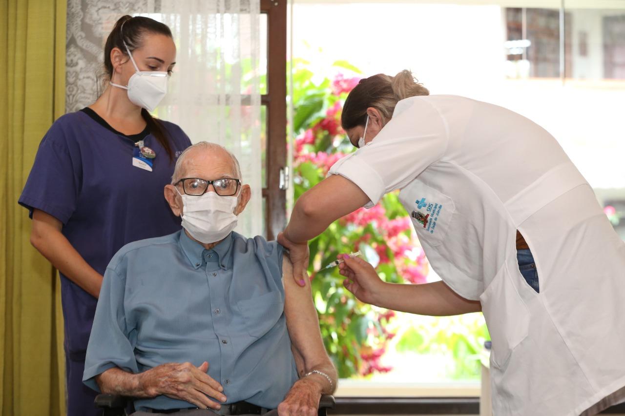Professor de 89 anos foi o primeiro idoso imunizado em Joinville
