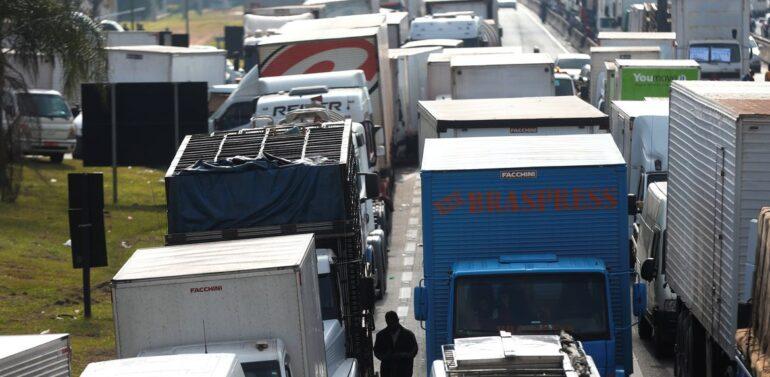 Alta do diesel surpreende caminhoneiros e greve ganha força