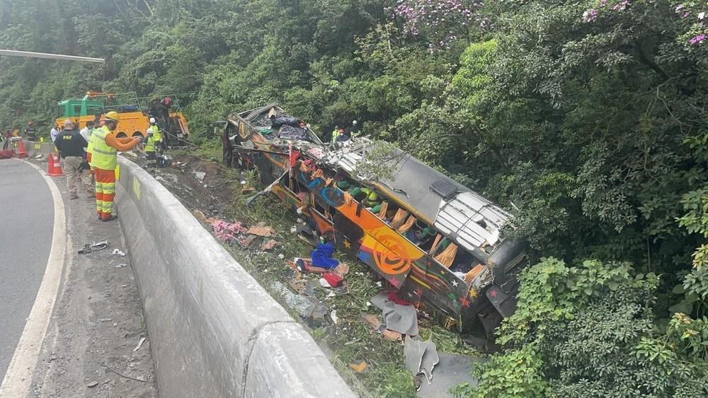 VÍDEO = Bombeiros confirmam, até o momento, 21 mortes no acidente com ônibus na BR-376