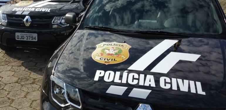 Polícia Civil prende dupla com carro roubado no Iririú