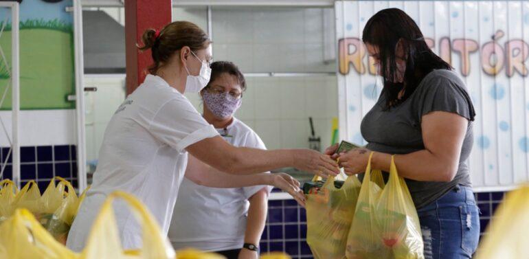 Kits de alimentação começam a ser distribuídos para alunos da rede municipal