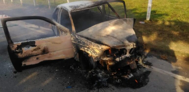 VÍDEO : Colisão frontal termina com carro em chamas