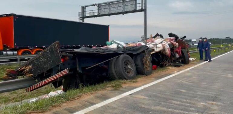Colisão traseira entre caminhões termina em morte na BR-101