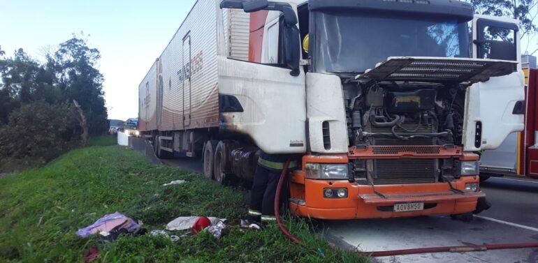 Caminhão pega fogo e interdita BR-101, em Garuva