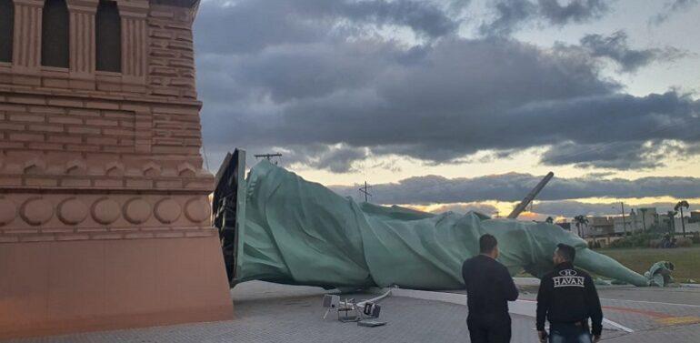 Estátua da Havan no RS cai após passagem de ciclone