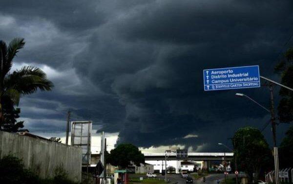 Defesa Civil alerta para risco de chuva forte e maré alta