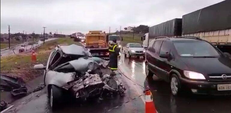 Casal morre em grave acidente entre carro e caminhão na BR-376,