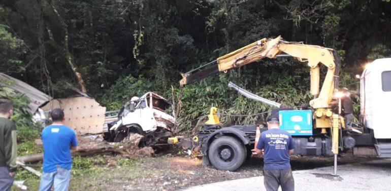 PMRv interdita Serra Dona Francisca para retirada de caminhão que caiu em ribanceira