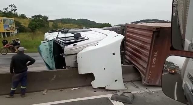 Caminhão tomba e interdita BR-101