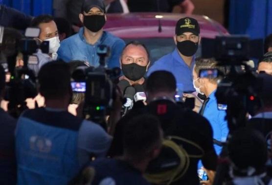 """""""Lázaro descarregou a pistola contra os policiais"""", diz secretário de Segurança de GO"""