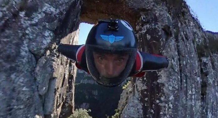 """VÍDEO : """"Homem Pássaro"""" desafia a morte ao atravessar a fenda da Pedra Furada em Urubici"""