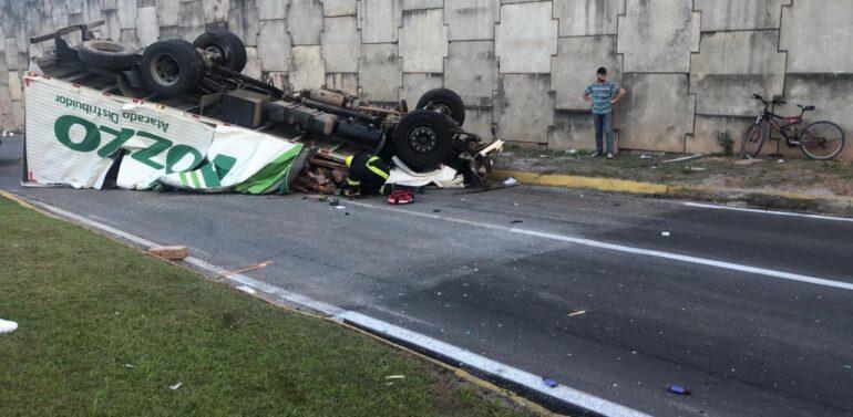 VÍDEO: caminhão cai de viaduto na BR-101