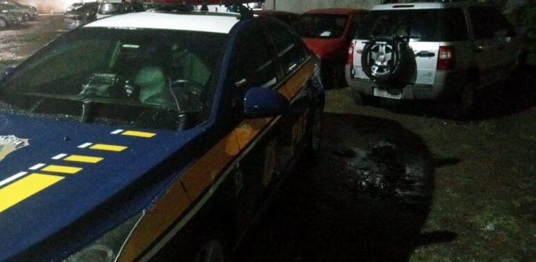 PRF recupera veículo roubado e prende foragido da justiça
