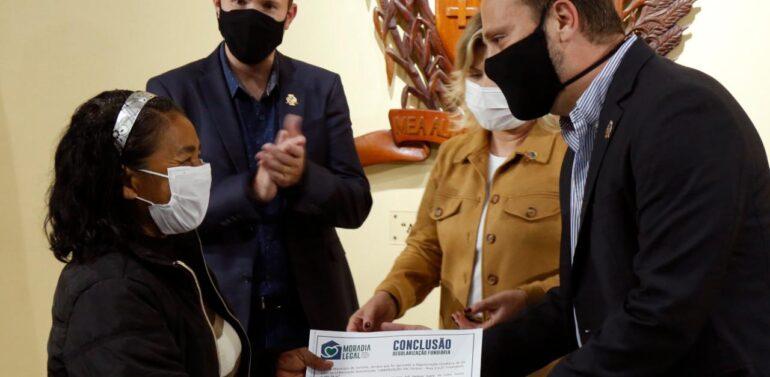 Prefeitura entrega certificados de Regularização Fundiária para 73 moradores