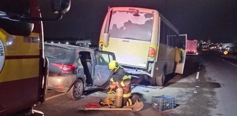 Motorista morre prensado ao parar para consertar micro-ônibus em rodovia