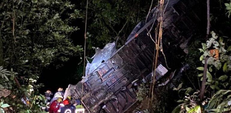 Após três horas, vitimas de acidente na Serra Dona Francisca são resgatados