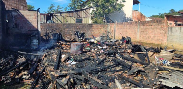 Incêndio destrói residência no bairro Ulysses Guimarães