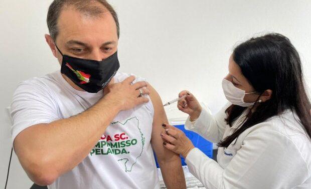 Governador recebe primeira dose da vacina contra Covid-19