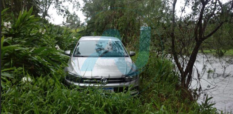 Trio armado invade residência, rende casal e rouba carro em Araquari