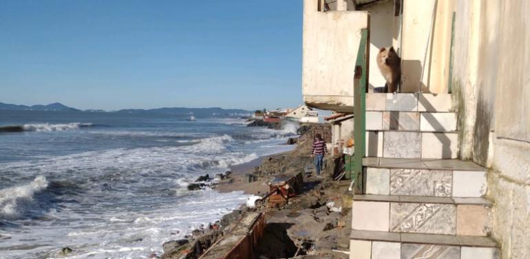 Casa com risco de desabamento é interditada em Barra Velha