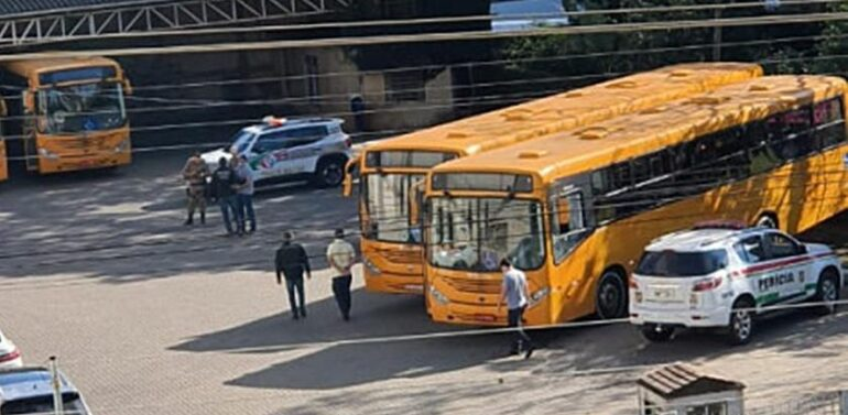 Homem morre após ser prensado entre dois ônibus no Oeste