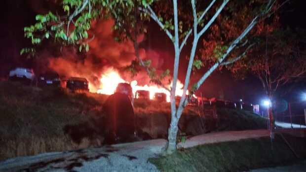 Barra Velha: Incêndio destrói carros em depósito de veículos apreendidos