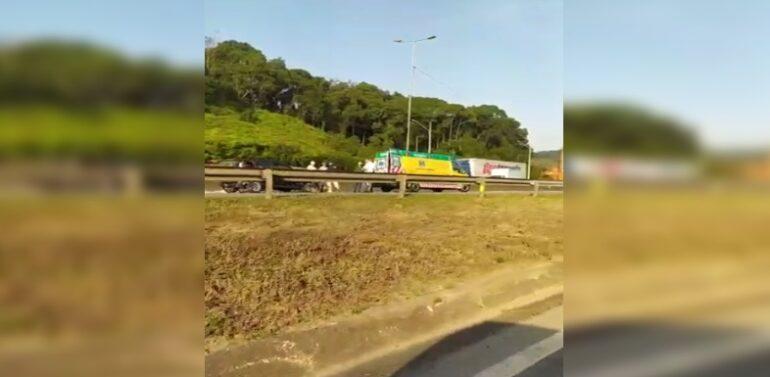 VÍDEO : Engavetamento interdita BR-101 em Joinville
