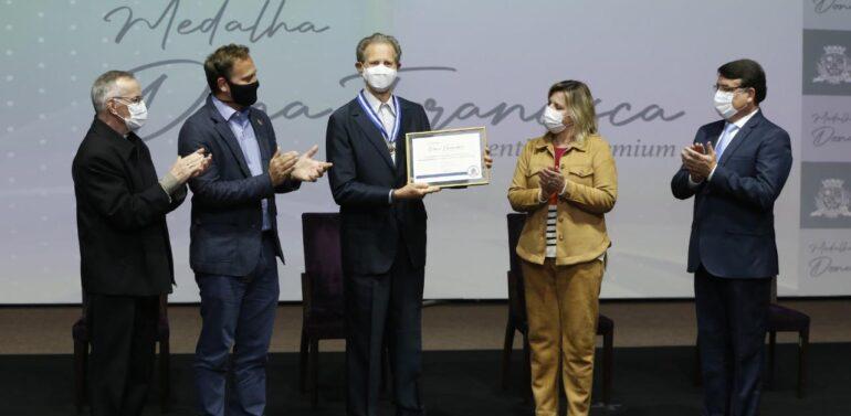 Monsenhor Bertino Weber é agraciado com a Medalha Dona Francisca