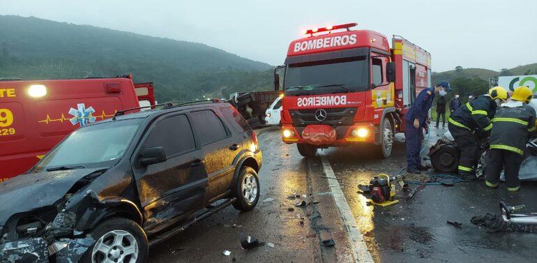 Colisão entre carreta dois carros mata uma pessoa e  interdita BR-470