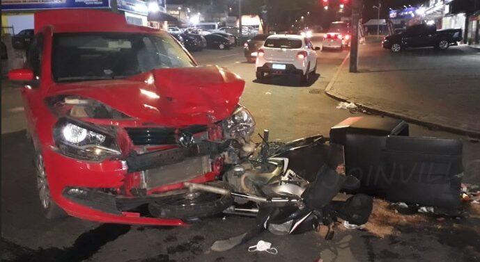 Motociclista fica ferido após colisão envolvendo outros dois veículos