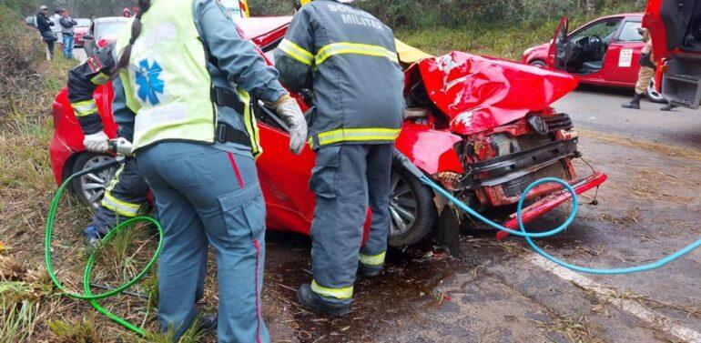 Motorista perde controle da direção, carro atinge árvore e passageira morre na SC-340