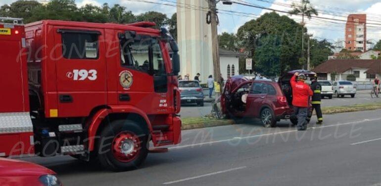 Motorista perde controle do veículo e colide contra poste na Santos Dumont