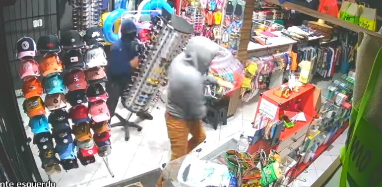 Dupla arromba loja de acessórios e celulares na Enseada