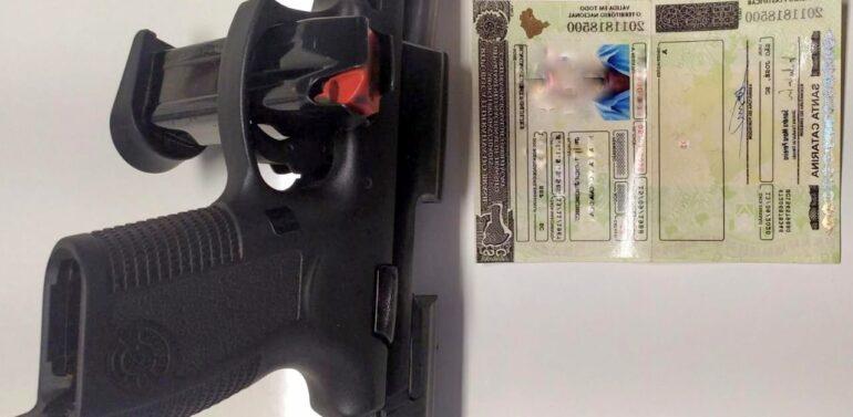 Homem procurado por tráfico é preso com pistola e CNH falsa