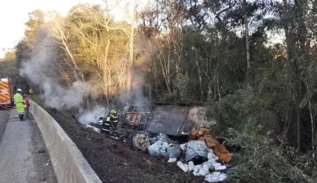 Motorista morre carbonizado em acidente na BR-116