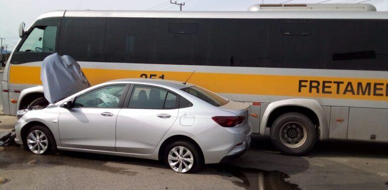 Motorista fica ferido após acidente entre carro e ônibus
