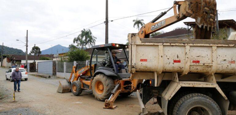 Prefeitura inicia obras de pavimentação no bairro Rio Bonito