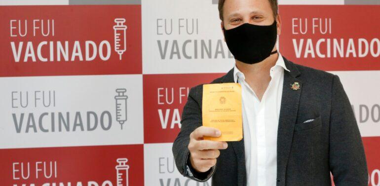 Prefeito Adriano Silva recebe a primeira dose da vacina contra a Covid-19