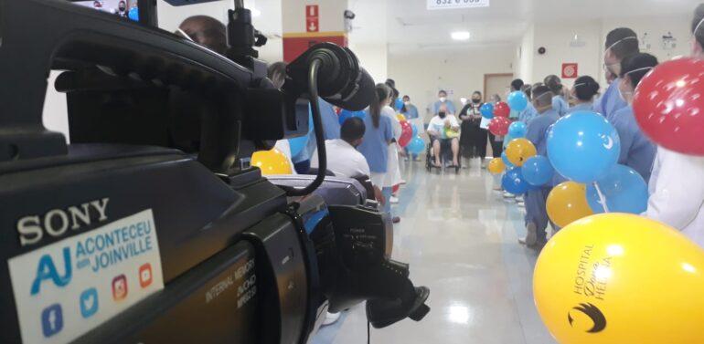 Paciente com covid-19 recebe alta após 290 dias internado em Joinville