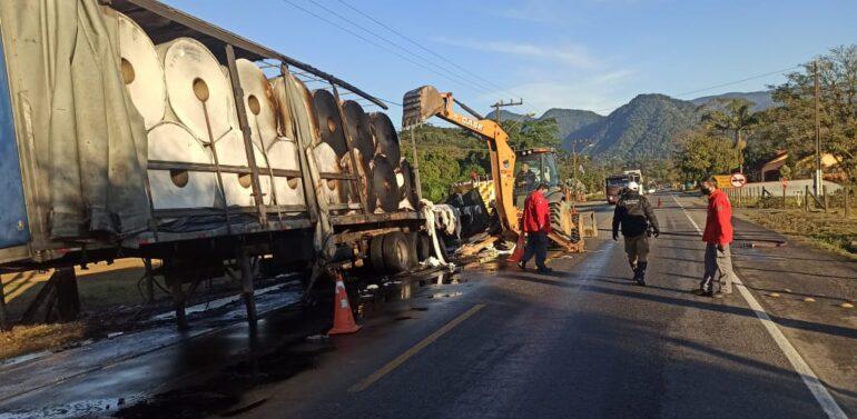Caminhão pega fogo e interdita Serra Dona Francisca