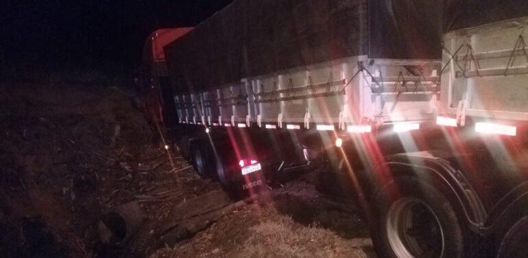 Carreta sai da pista após colidir em carro na Serra Dona Francisca