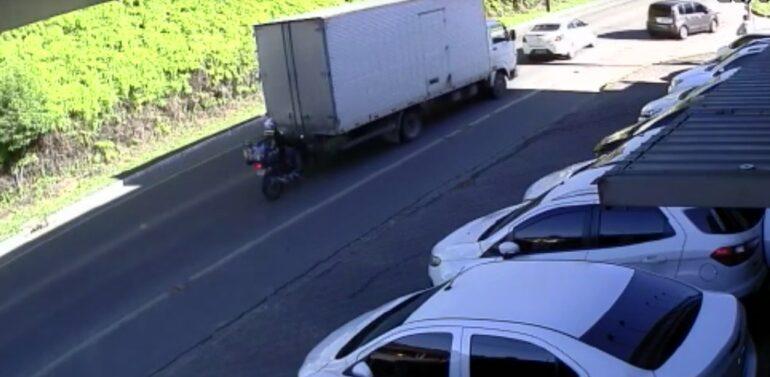 VÍDEO : Motociclista fica ferido após colisão contra caminhão no Petrópolis