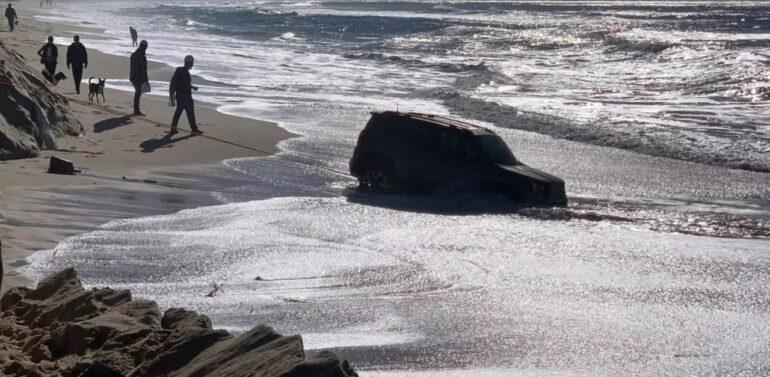 Jeep atola na areia e quase é levado pelo mar em praia de SC