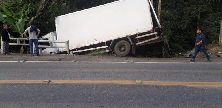 Motorista perde o freio, sai da pista e tomba caminhão