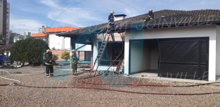 VÍDEO : Residência é parcialmente destruída por incêndio no Centro