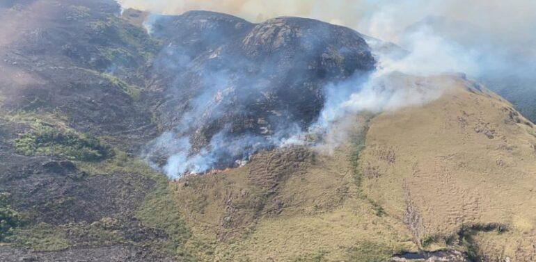 Incêndio de grandes proporções atinge Campos do Quiriri