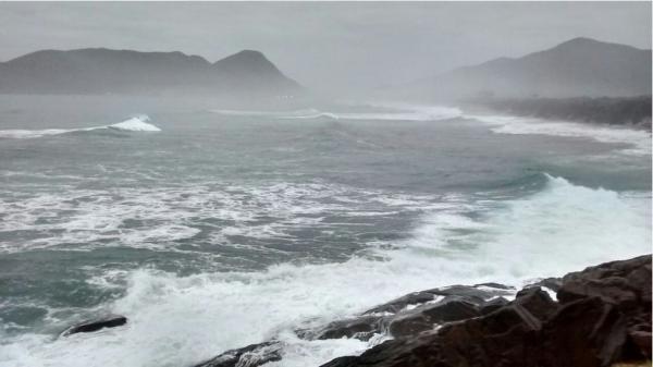 Litoral com mar agitado e tempo frio no fim de semana